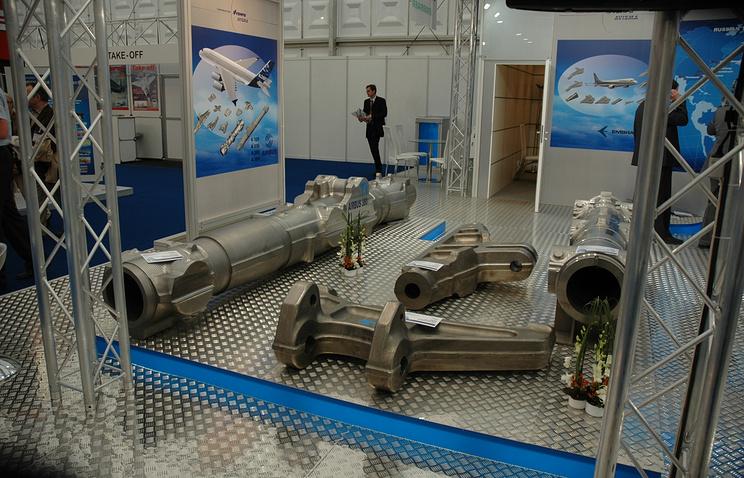 Стенд ВСМПО-АВИСМА с изделиями из титана, поставляемыми западным самолетостроительным компаниям