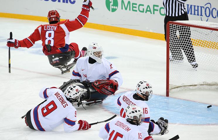 Российский следж-хоккеист Дмитрий Лисов в матче против сборной Норвегии.