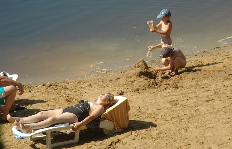 Московская область. Отдыхающие на пляже.