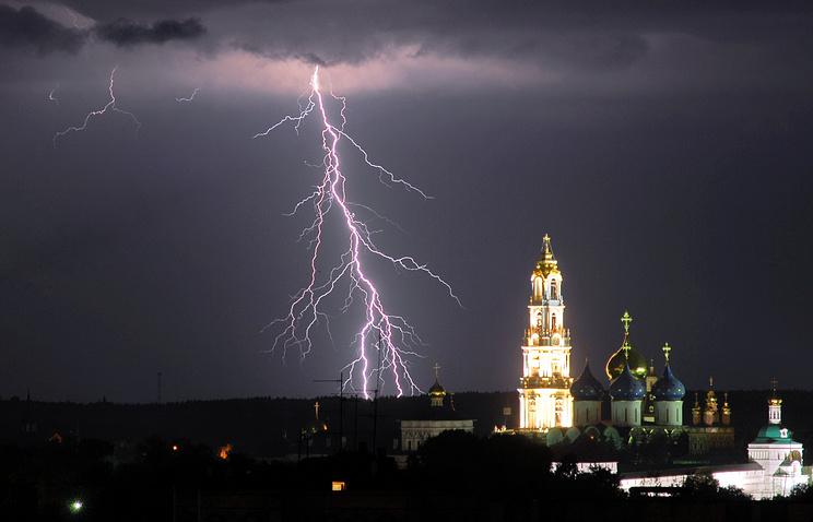 Свято-Троицкая Сергиева Лавра во время грозы.