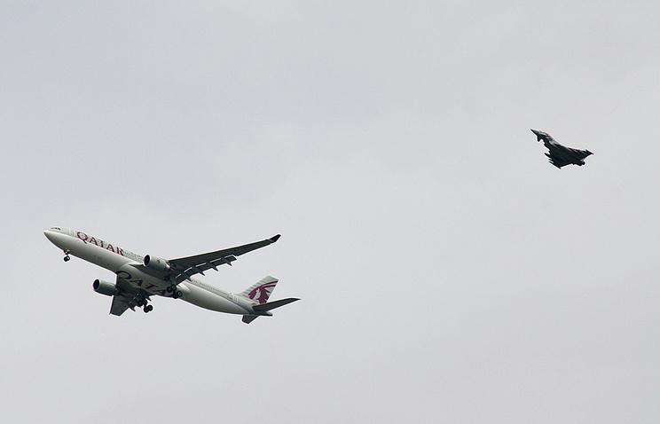 """Истребитель королевских ВВС сопровождает  подозрительный самолет """"Катарских авиалиний"""" на посадку в аэропорт"""