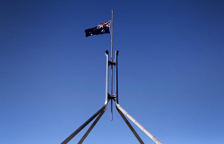Приспущенный в знак траура флаг на здании парламента Австралии
