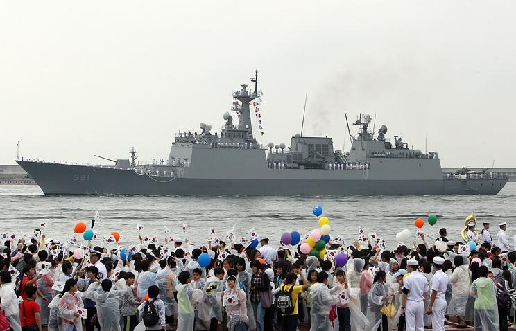 Эскадренный миноносец типа Chungmugong Yi Sun-sin в порту Пусана перед отправлением в Аденский залив