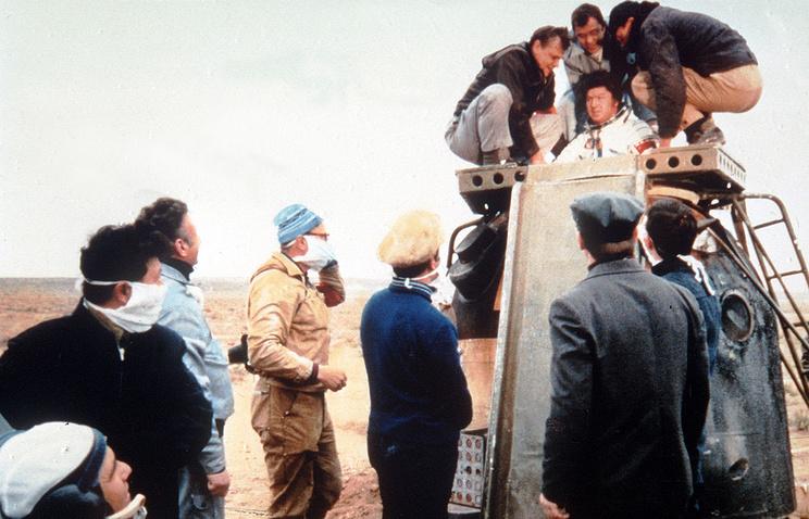 Рюмин Валерий после приземления, 1980г