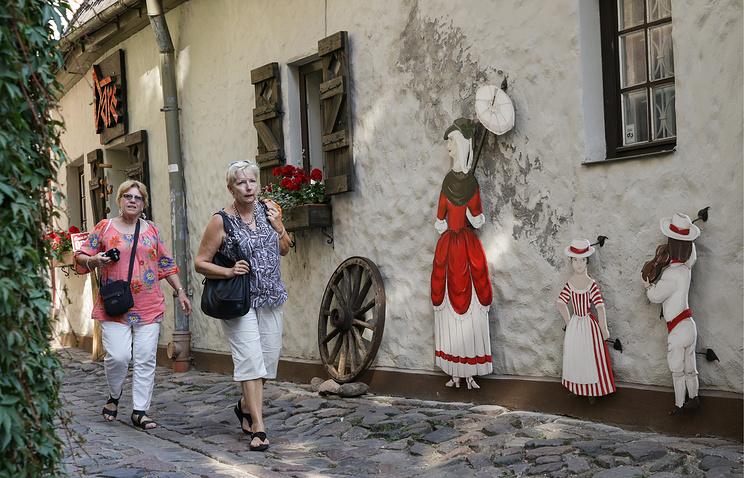 Туристы на одной из улиц Старого города в Риге