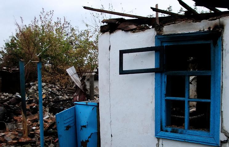 Жилой дом, пострадавший в результате боев между отрядами ополчения ДНР и подразделениями украинской армии, в селе Петровское