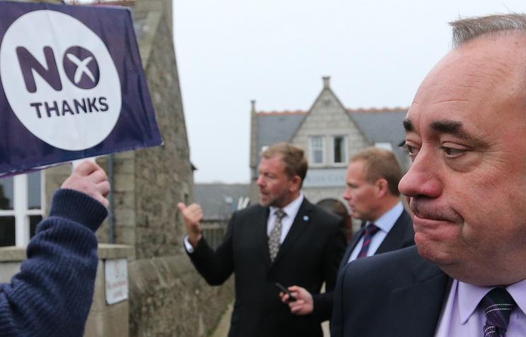 Первый министр Шотландии Алекс Салмонд (справа)