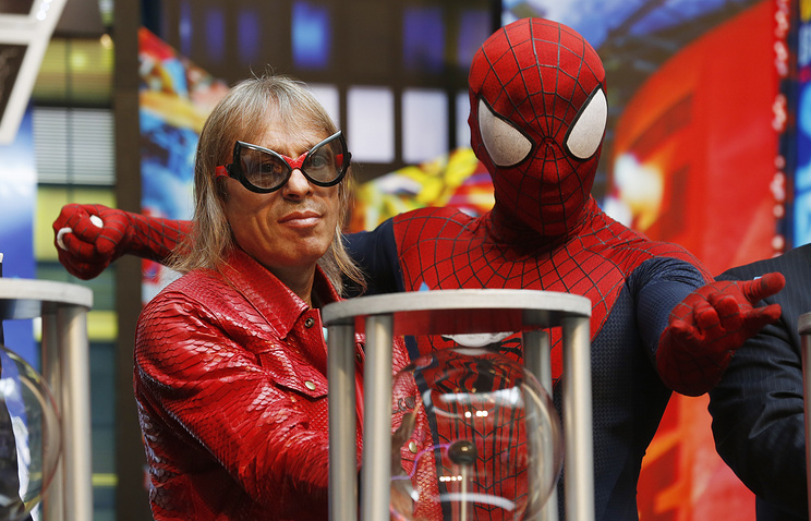 """Скалолаз Ален Робер (слева), известный также как """"Человек-паук"""""""