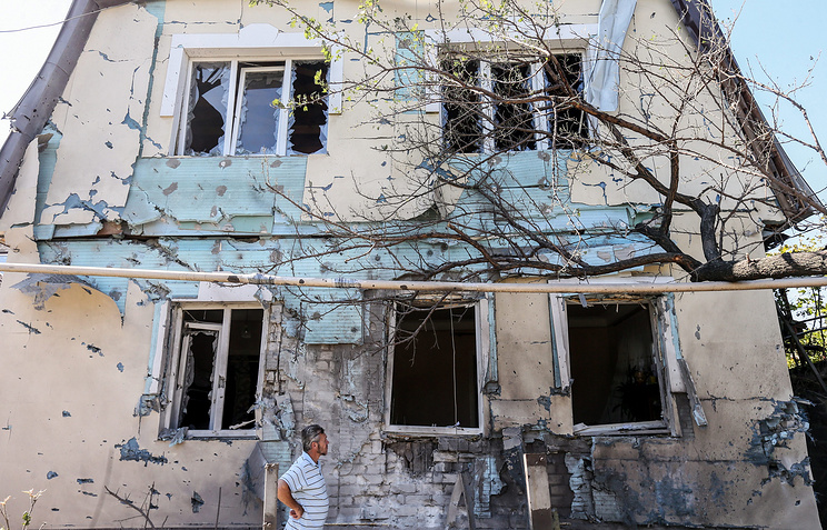 Последствия обстрела жилого квартала в Донецке