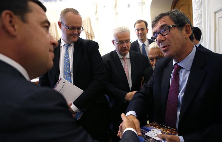 Посол Франции в РФ Жан-Морис Рипер (справа) во время встречи с губернатором Свердловской области Евгением Куйвашевым (слева)