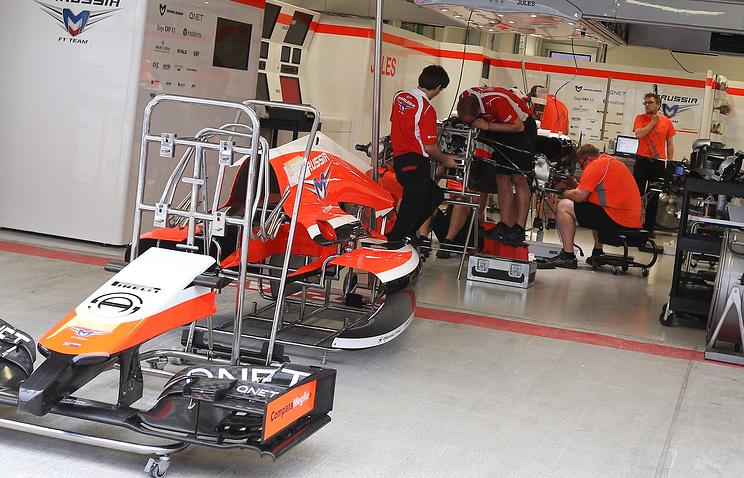 Механики готовят болид к соревнованиям