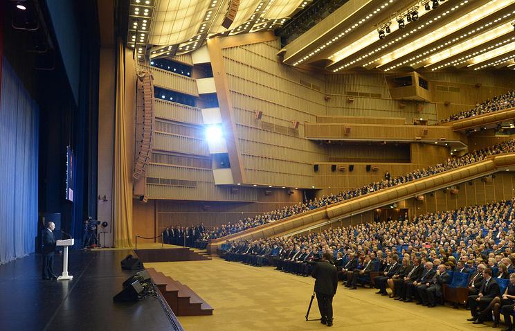 Президент России Владимир Путин (слева) на торжественном мероприятии, посвященном 70-летию Московского государственного института международных отношений