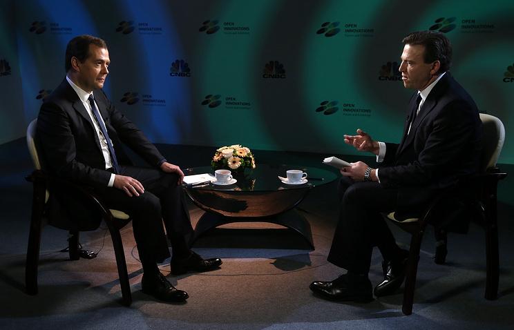 Премьер-министр РФ Дмитрий Медведев и ведущий авторской программы телеканала CNBC Джефф Катмор во время интервью