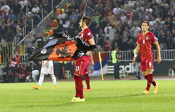 Стефан Митрович срывает албанский флаг с дрона