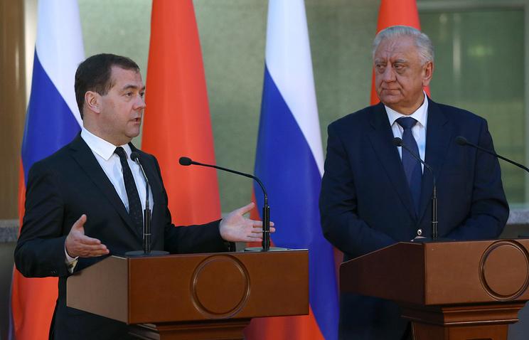 Премьер-министр России Дмитрий Медведев и премьер-министр Белоруссии Михаил Мясникович  (слева направо) на пресс-конференции