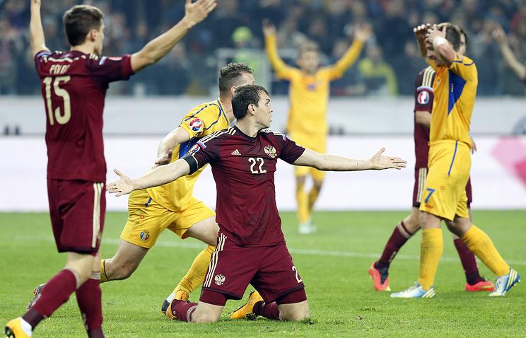Эпизод матча сборных России (в бордовых футболках) и Молдавии