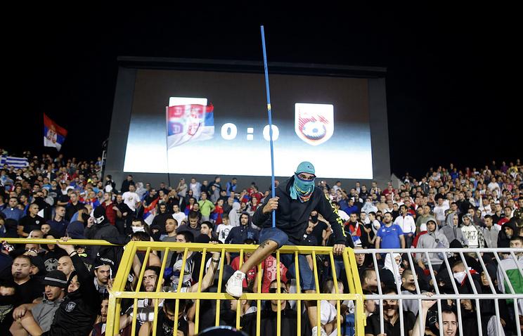 Болельщики команды Сербии во время матча