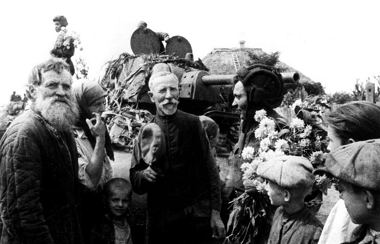 Жители одного из украинских сел встречают советских воинов, освободивших их от гитлеровской оккупации, 1943 год