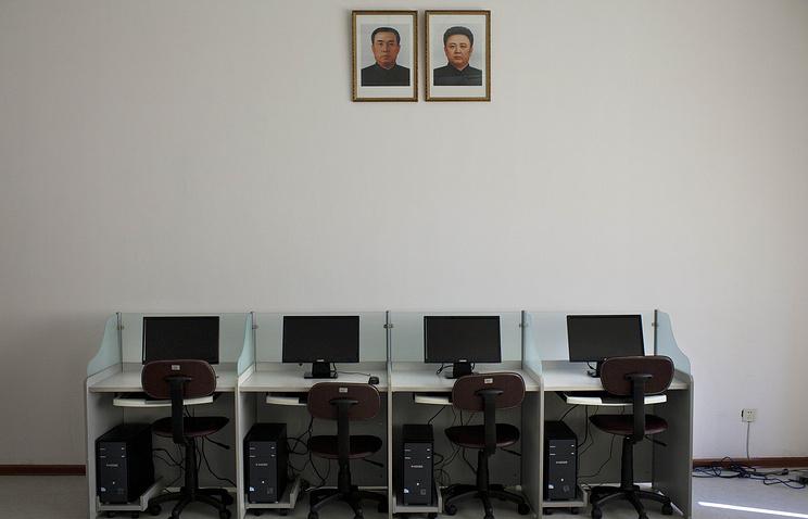 Портреты Ким Ир Сена и Ким Чен Ира в компьютерном классе в университете Пхеньяна