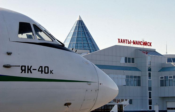 """Самолет ЯК-40 авиакомпании """"ЮТэйр"""" в аэропорту города Ханты-Мансийск"""