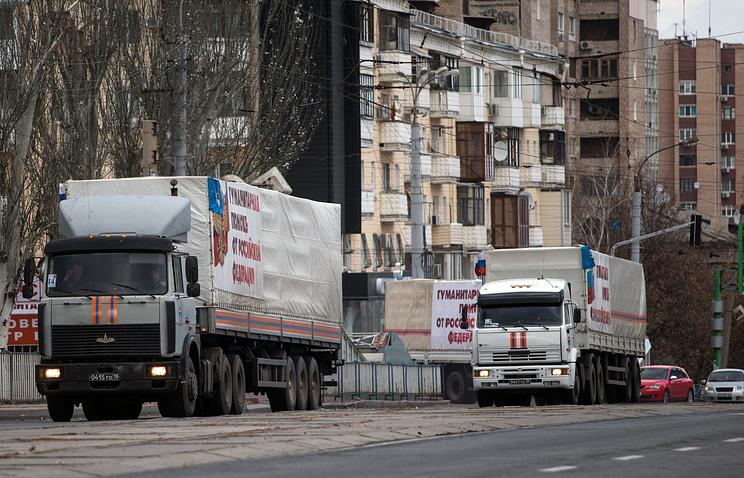Луганск. 2 ноября. Грузовики конвоя МЧС РФ на одной из улиц города.