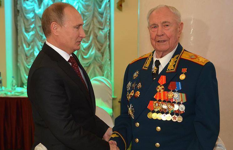 Президент РФ Владимир Путин (слева) поздравляет маршала Советского Союза, экс-министра обороны СССР Дмитрия Язова (справа) с 90-летием