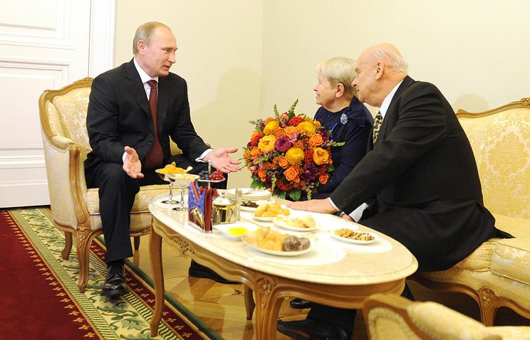 Владимир Путин, Александра Пахмутова и Николай Добронравов  (слева направо) во время встречи в Кремле 4 ноября