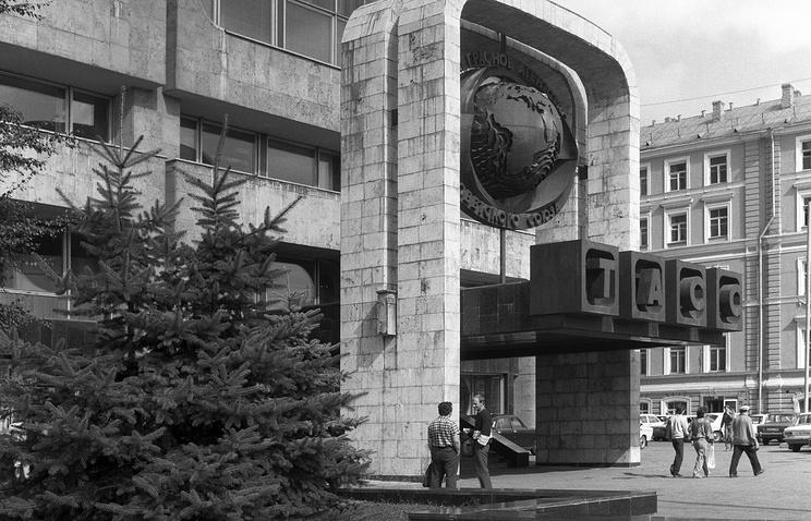 Вход в здание ТАСС на Тверском бульваре. 1988 год