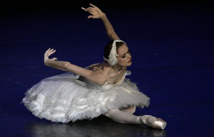 """Прима-балерина Мариинского театра Ульяна Лопаткина в сцене из балета """"Умирающий лебедь"""""""