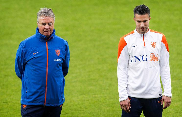 Гус Хиддинк (слева) и один из лидеров сборной Нидерландов Робин ван Перси на тренировке накануне матча с командой Латвии