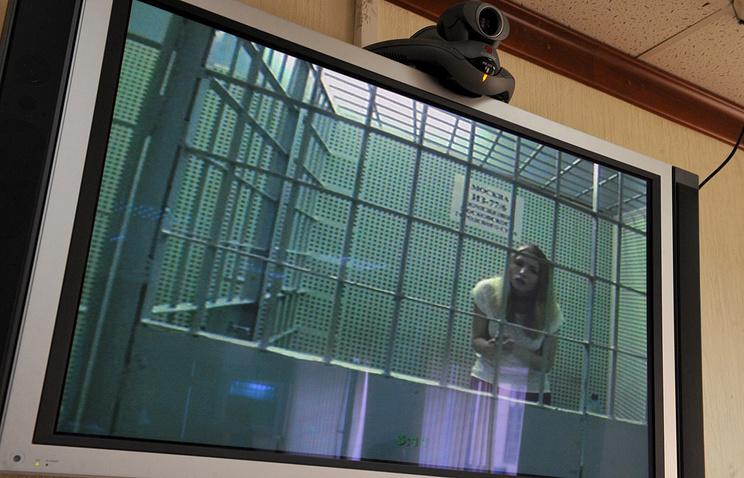 Александра Лоткова во время заседания с применением комплекса видеоконференцсвязи в Тверском суде. Июнь 2013 года