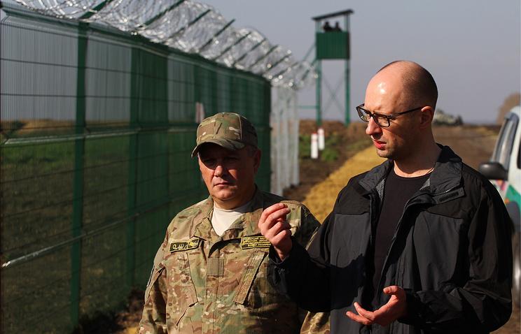 Премьер-министр Украины Арсений Яценюк (справа) во время осмотра хода строительства укреплений на украинско-российской границе