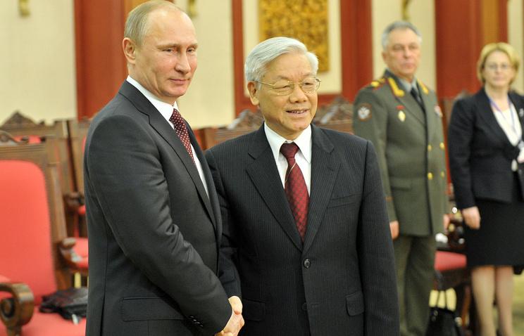 Президент России Владимир Путин и генеральный секретарь ЦК компартии Вьетнама Нгуен Фу Чонг во время встречи в Центральном комитете коммунистической партии Вьетнама, 2013 год
