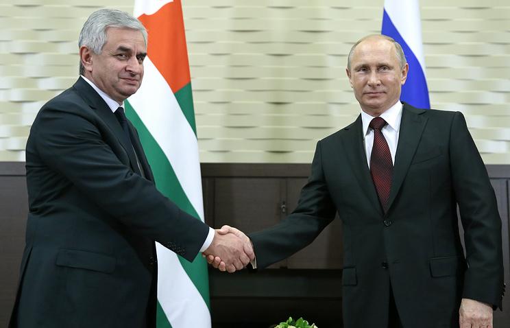Президент Абхазии Рауль Хаджимба и президент России Владимир Путин