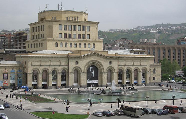 Армения. Ереван. Здание Национальной галереи на площади Республики