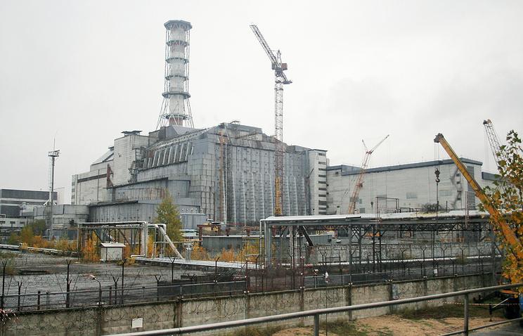 Вид на саркофаг, возведенный над аварийным энергоблоком Чернобыльской АЭС