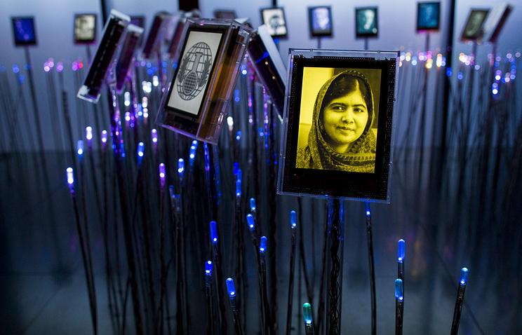 Портрет правозащитницы Малалы Юсуфзаи в инсталляции во время подготовки к празднованию Нобелевской недели