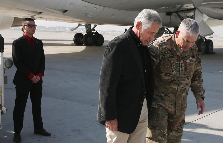 Глава Пентагона Чак Хейгел и командующий Международными силами по содействию безопасности в Афганистане Джон Кэмпбелл (справа) в Кабуле