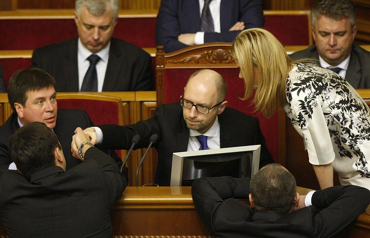 Премьер-министр Украины Арсений Яценюк (в центре) на заседании Верховной рады