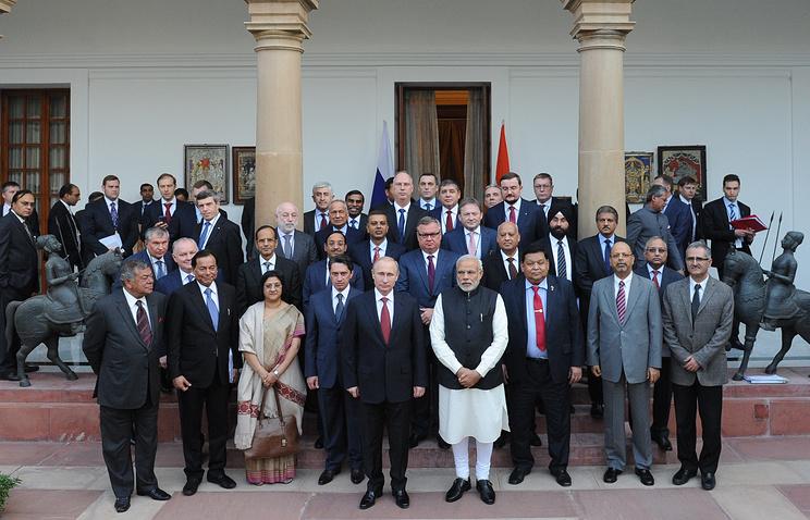 Президент России Владимир Путин, премьер-министр Индии Нарендра Моди (слева направо в центре на первом плане) и гендиректор УВЗ Олег Сенко (четвертый слева на втором плане) во время церемонии фотографирования в Хайдарабадском дворце