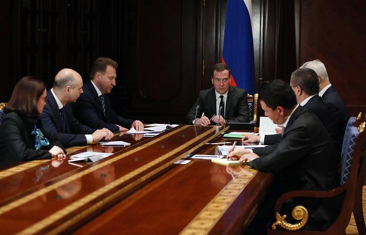 Премьер-министр РФ Дмитрий Медведев провел совещание по финансово-экономической ситуации