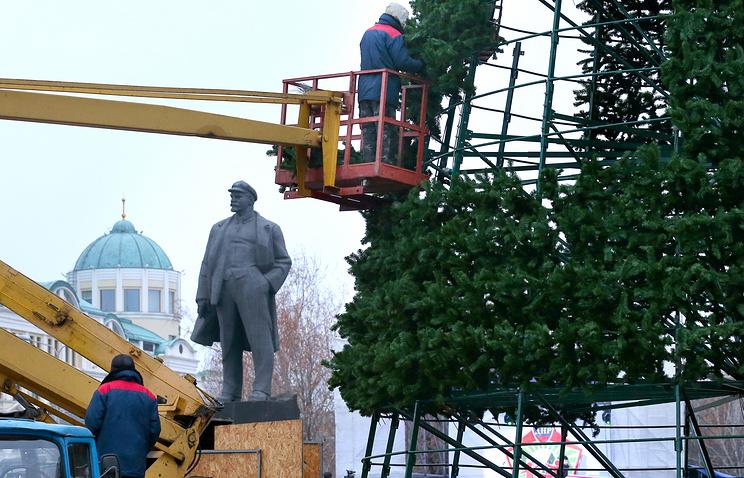 Установка рождественской ели на площади Ленина в Донецке, 10 декабря 2014 года