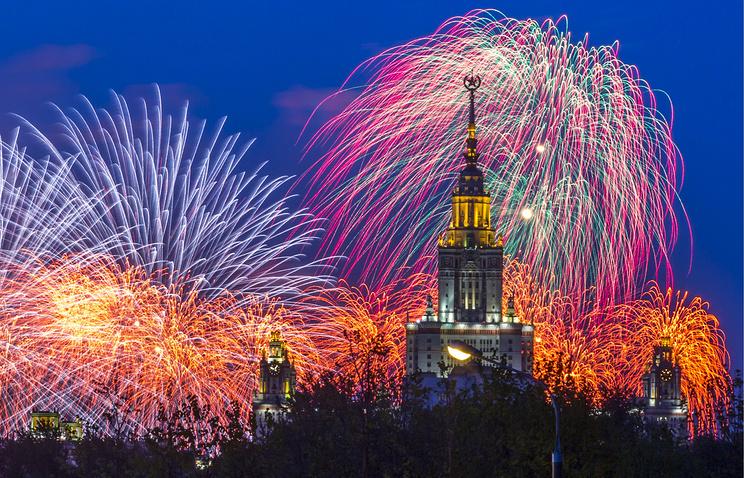 Москва. 10 мая 2014 года. Праздничный салют, посвященный Дню Победы.
