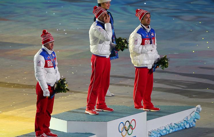 Российские лыжники Илья Черноусов, Александр Легков, Максим Вылегжанин на церемонии награждения в последний день зимней Олимпиады в Сочи