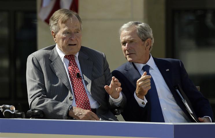 Джордж Буш-старший (слева) с сыном  Джорджем Бушем-младшим
