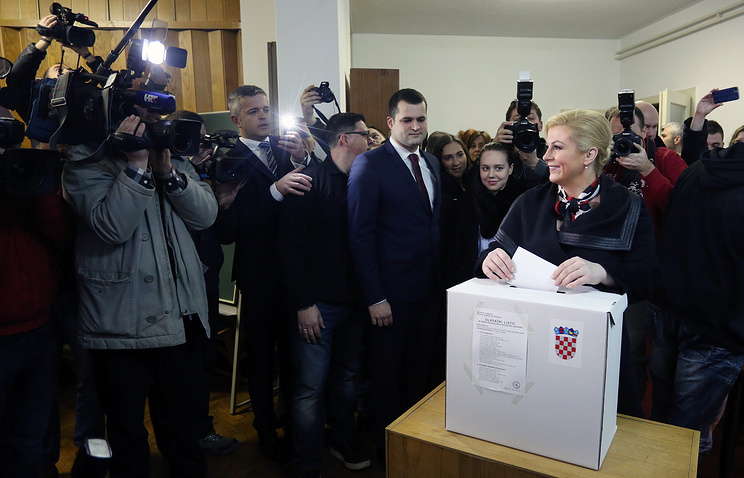 Колинда Грабар-Китарович на избирательном участке