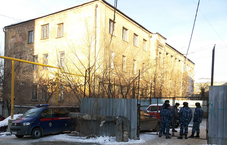 Сотрудники правоохранительных органов около СИЗО-1, где ночью произошел бунт
