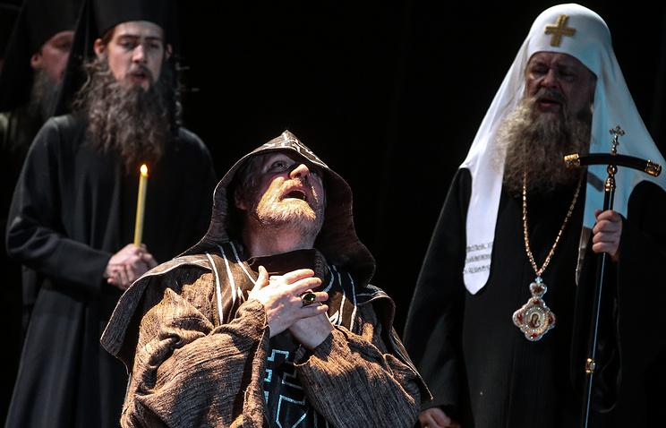 Актеры Владимир Симонов (Борис Годунов) (в центре) и Петр Смидович (Патриарх) (справа). Сцена из спектакля