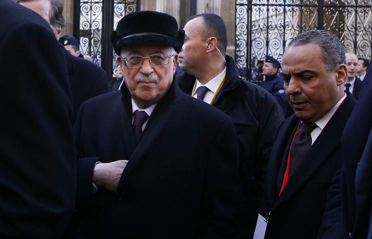 Махмуд Аббас (слева) перед началом марша против террора в Париже