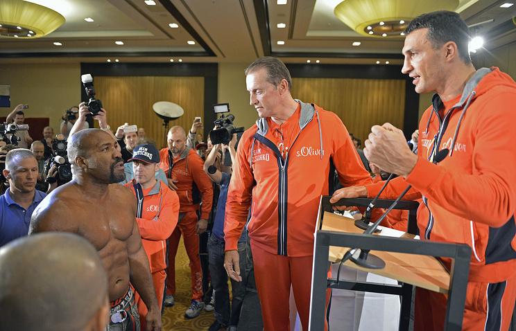 Шеннон Бриггс общается с Владимиром Кличко во время пресс-конференции, посвященной бою Кличко с Алексом Леапаи. 22 апреля 2014 года